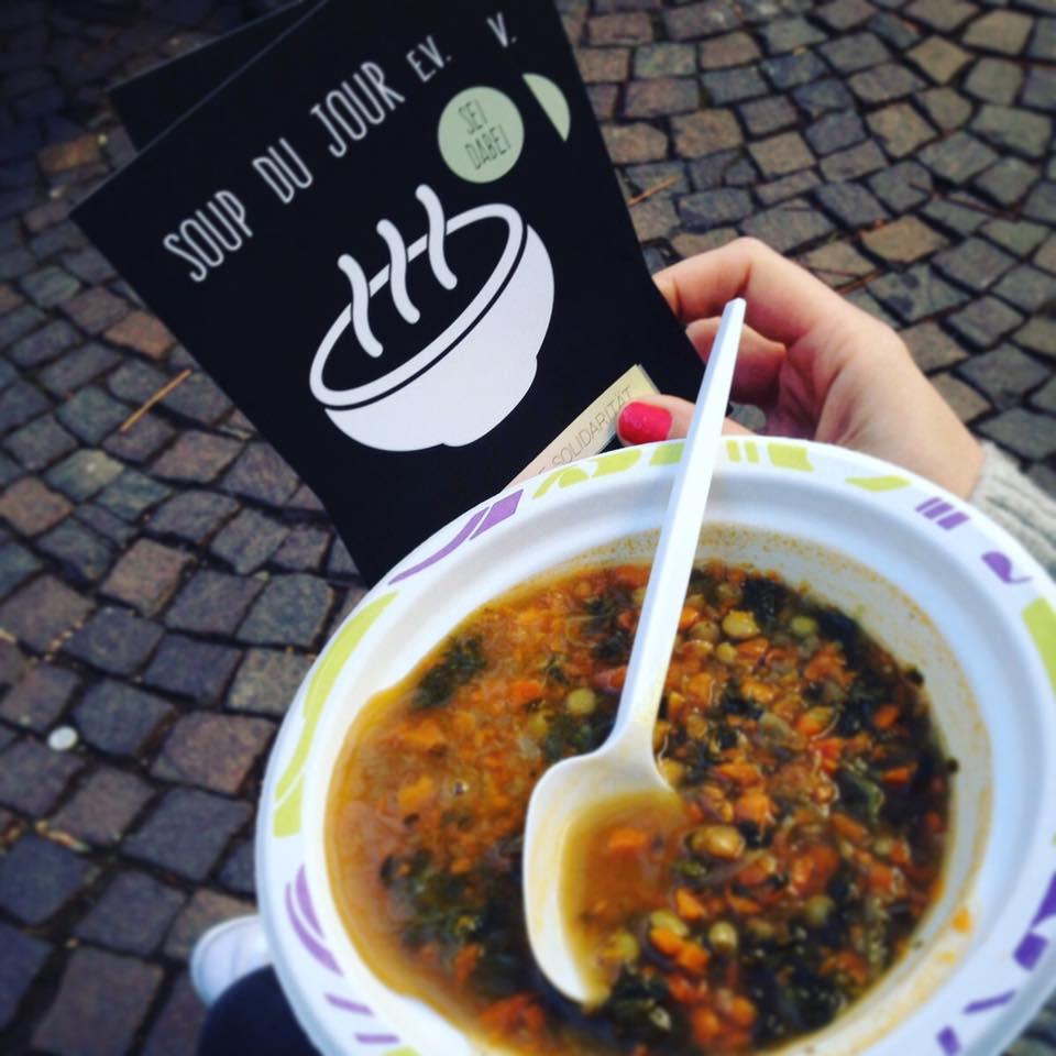 Linsensuppe bei der ersten Suppenküche des Soup du Jour eV